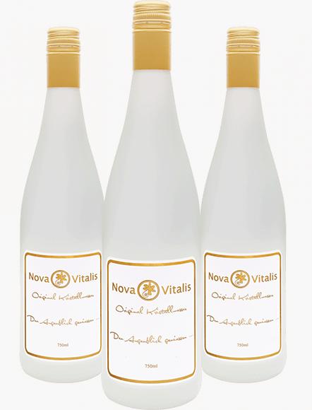 Drei Flaschen Kristallwasser